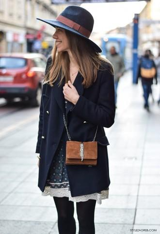 Moda: navy kaput: Šarmantan outfit s mornarskim kaputićem i šeširom