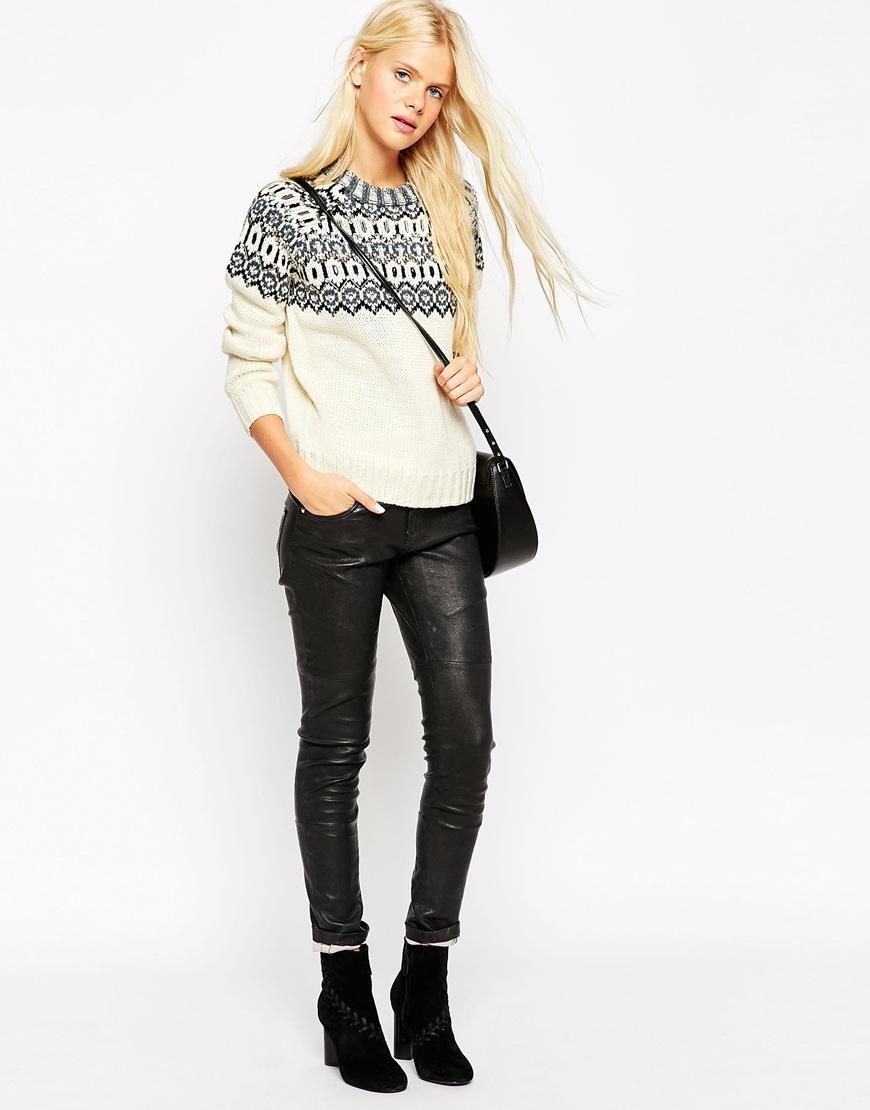 Moda: kako stilizirati džemper sa šljokicama i kožne hlače