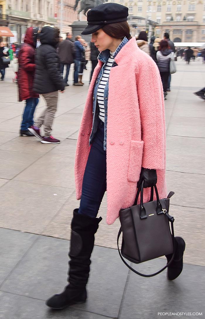 Kako stilizirati roza kaput, čizme preko koljena, prugasta majica i sailor kapa, street style Zagreb ulična moda, advent u Zagrebu