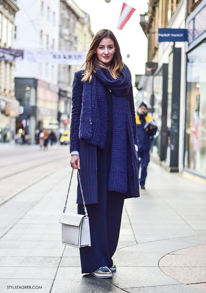 Zagreb street style moda Ilica siječanj 2016; stajling, kako kombinirati navy kombinezon, klasični kaput s prugicama, bijela torba, srebrne oksford cipele debljeg potplata, studentica modnog dizajna Matea Rozina Nikšić Insatgram