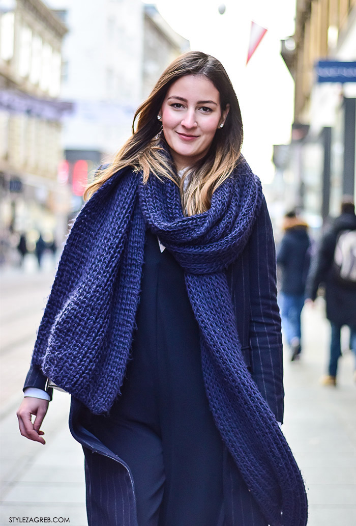 Zagreb street style moda Ilica siječanj 2016; kako kombinirati navy kombinezon, klasični kaput s prugicama, bijela torba, srebrne oksford cipele debljeg potplata, studentica modnog dizajna Matea Rozina Nikšić Insatgram
