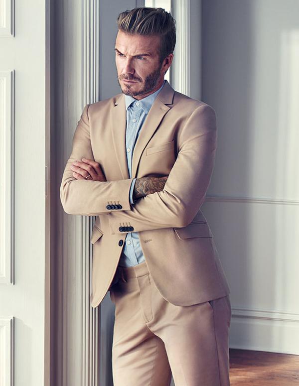muška moda David Beckham H&M kako kombinirati bež odijelo i plavu košulju