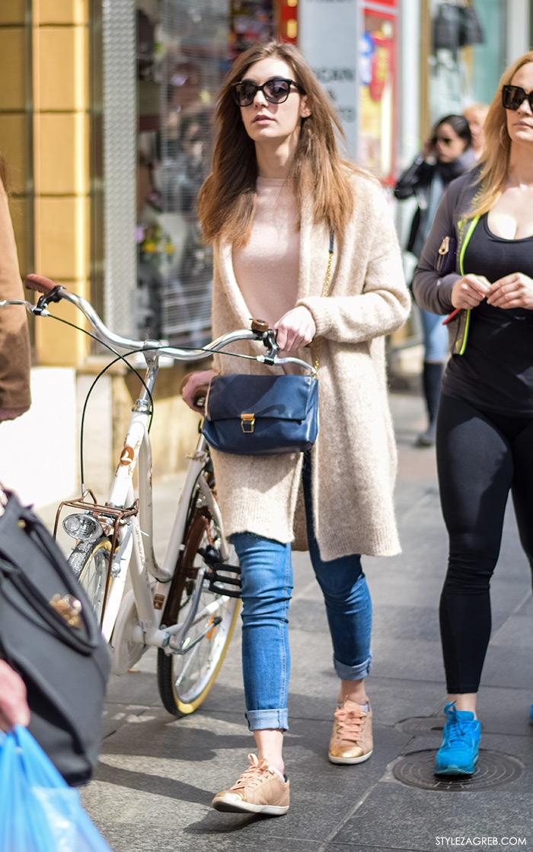 proljetna moda 2016, street style Zagreb, roza metalik tenisice, uske traperice i duga vesta