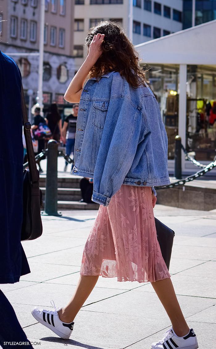 Zagrebačka špica, proljetni street style trendovi i modne kombinacije, traper jakna, puder roza midi suknja od čipke i bijele Adidas tenisice