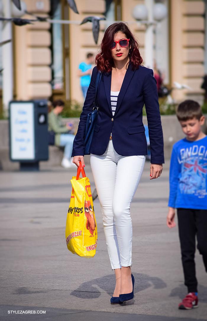 Mornarski stil kojemu su crvene naočale i burgundy boja kosa jako dobro sjeli. Poslovna odjeća ulična moda Style Zagreb, gloria časopis za žene, život i zdravlje, poslovna žena, zadovoljna žena