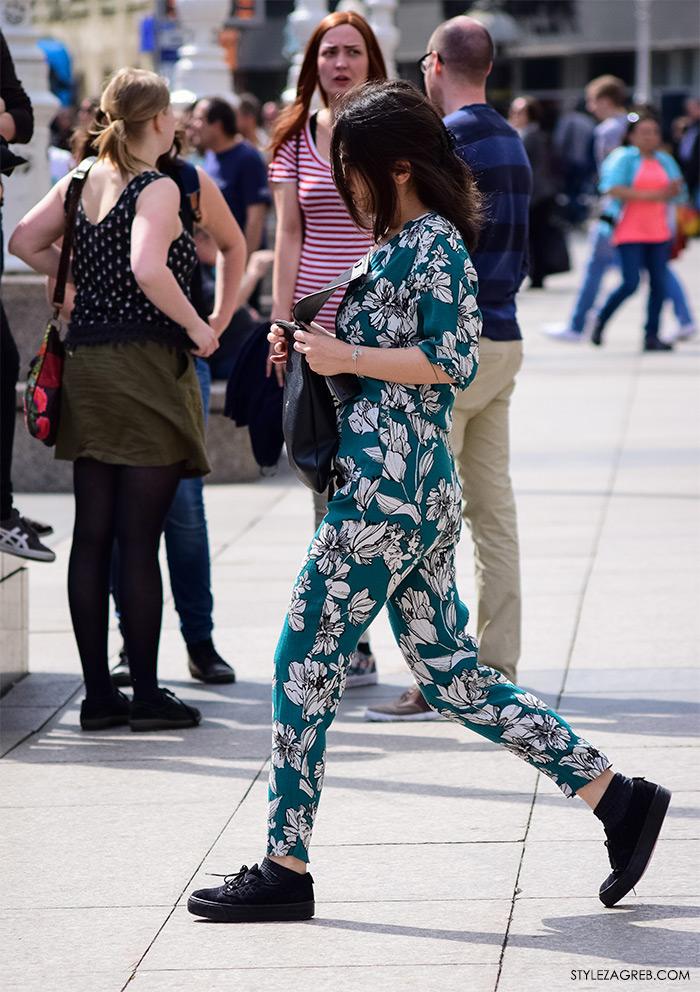 Zagreb ulična moda, Style Zagreb proljeće street style cro moda fashion žena hr, kako nositi cvjetasti kombinezon i crne tenisice