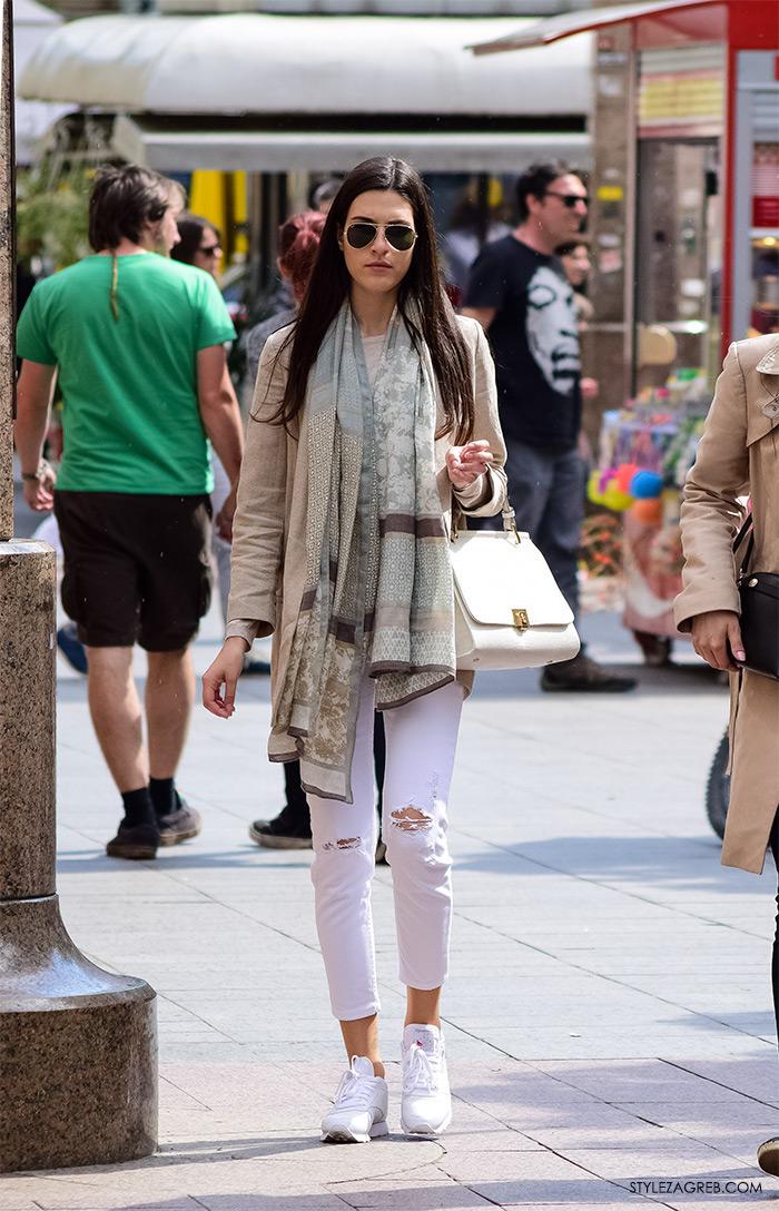 Zagreb ulična moda, Style Zagreb proljeće street style cro moda fashion žena hr, kako nositi podrapane bijele traperice, bijele tenisice i dugi šal