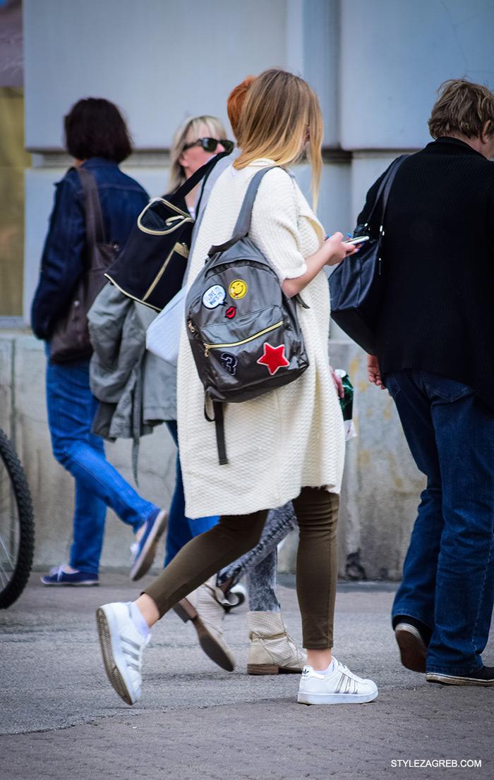 kako nositi bijele tenisice, moderni ruksak i bijeli pleteni baloner jaknu, cro moda street style zagreb žena ulična moda proljeće fashion hr zagrebačka špica modne kombinacije trend portal zena hr