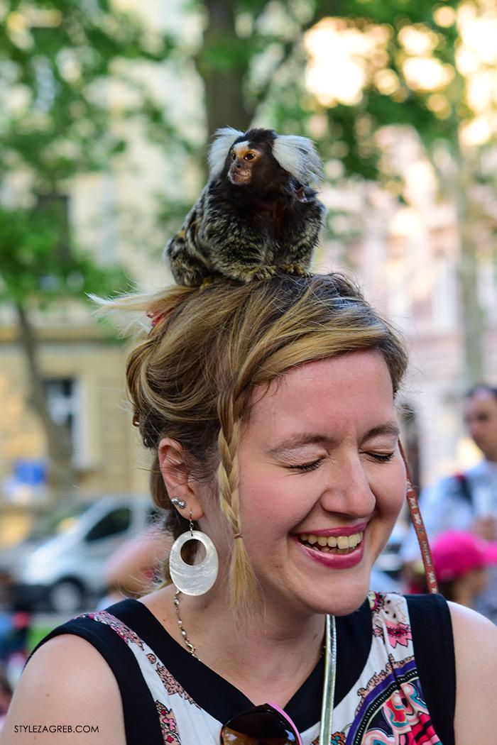 Majmunčić na glavi, street style Zagreb Cest is d'Best program, ulična moda zagrebačka špica subota proljetna ženska moda mini haljine, off shoulder gola ramena top