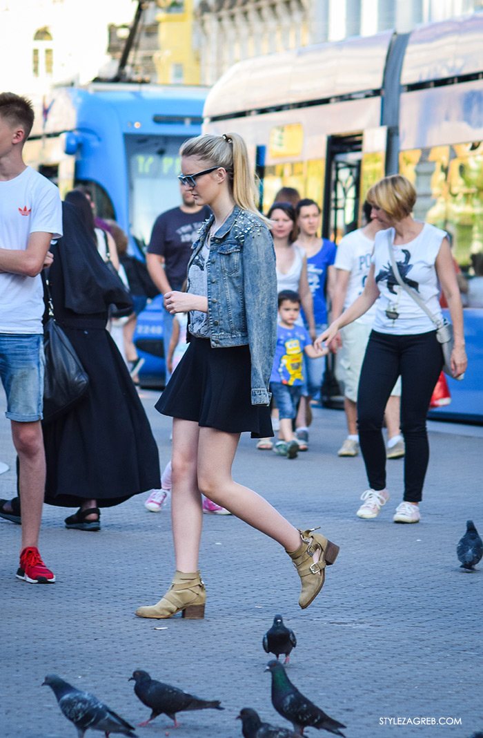 street style Zagreb Cest is d'Best program, ulična moda zagrebačka špica subota proljetna ženska moda mini haljine, off shoulder gola ramena top, traper jakna sa zakovicama i crni mini šos, Trga bana Jelačića