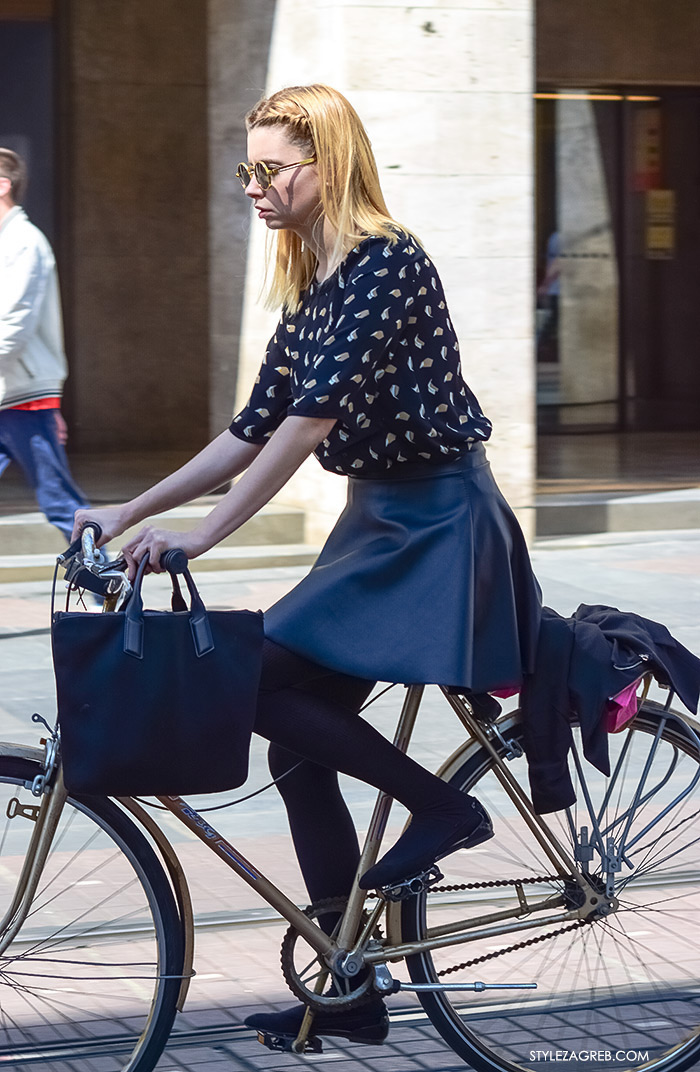 proljetna ulična moda Zagreb street style, Gala Svilan kožna minica, žena hr na biciklu