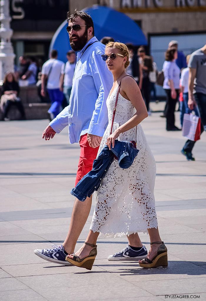proljetna ulična moda Zagreb street style, moderan par na Trgu bana Jelačića, bijela haljina od čipke i sandale s punom petom
