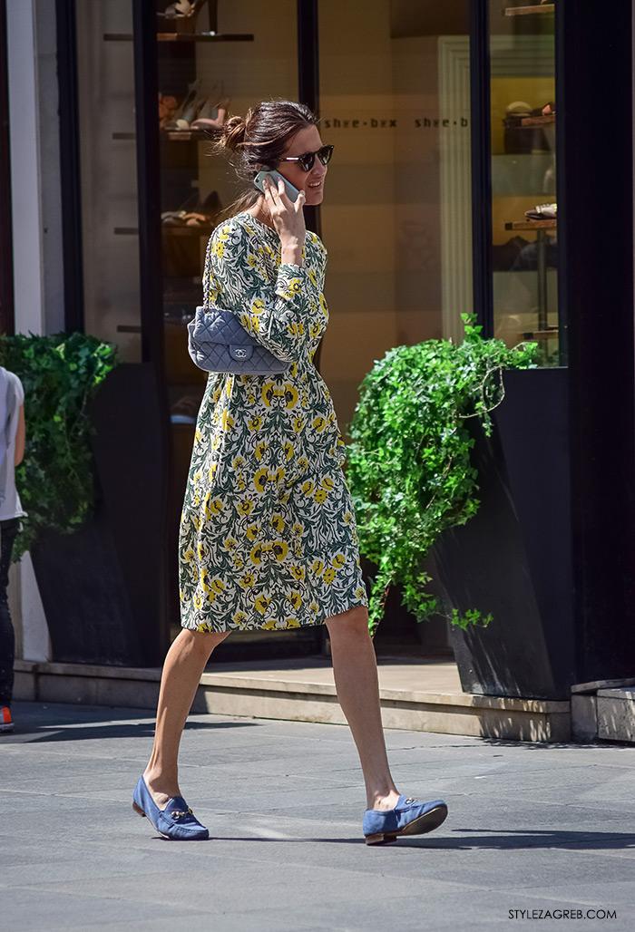 proljetna ulična moda Zagreb street style, Iva Balaban Journal.hr, cvjetasta haljina, Chanel siva torba, ravne loafers cipele