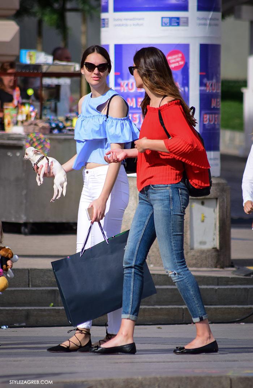 street style zagreb top off shoulder gola ramena, plavi top Zara otvorenih ramena i bijele traperice
