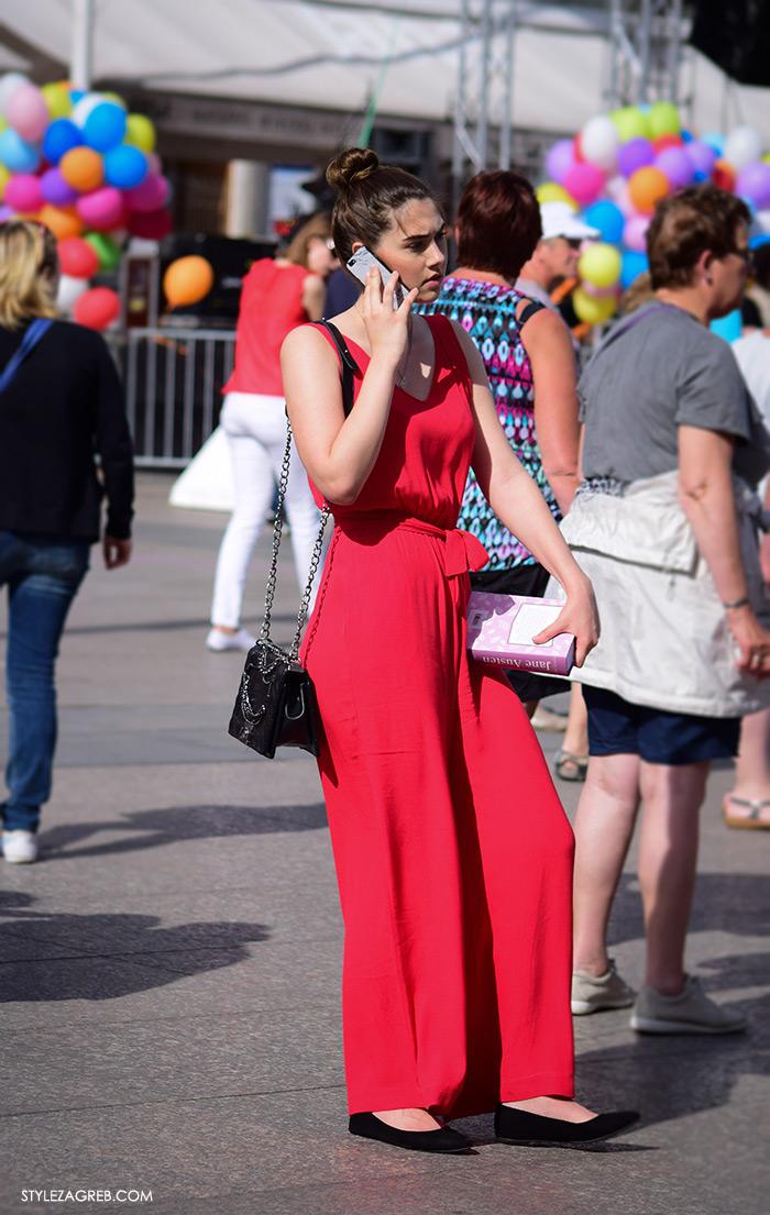 Street style Zagreb, Jane Austen knjiga Ponos i predrasude, lijepa žena u elegantnom crvenom kombinezonu, ulična moda Zagreb, prosvjed Hrvatska može bolje 1.6.2016.