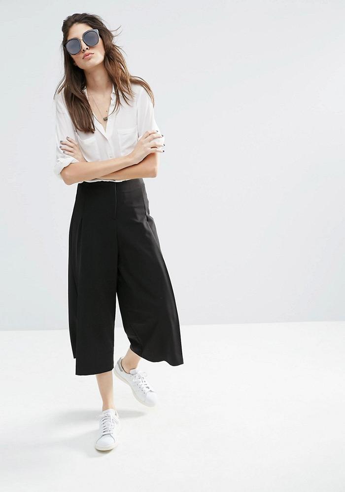 Klasično dobra kombinacija: bijela košulja, crne suknja-hlače i bijele tenisice, ženska moda