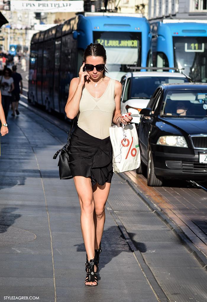 Ljeto ženska moda zagrebačka špica, street style Zagreb, crna minica visoke crne sandale i bež tanki top, zgodna žena