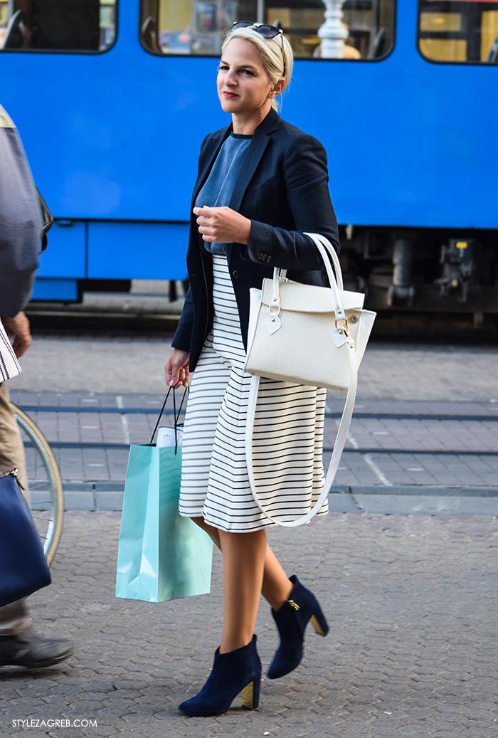 Poslovna moda 2016 jesen žena savjeti kako Zagreb street style ulična moda kombinacije poslovni look outfit styling, elegantna kombinacija za dan, plave gležnjače čizme styling, bijela ženska torba, navy plavi sako