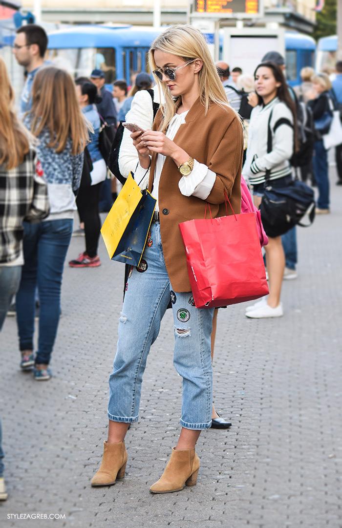 Lijepa styling inspiracija: Sako boje karamela i traperice za zakrpama