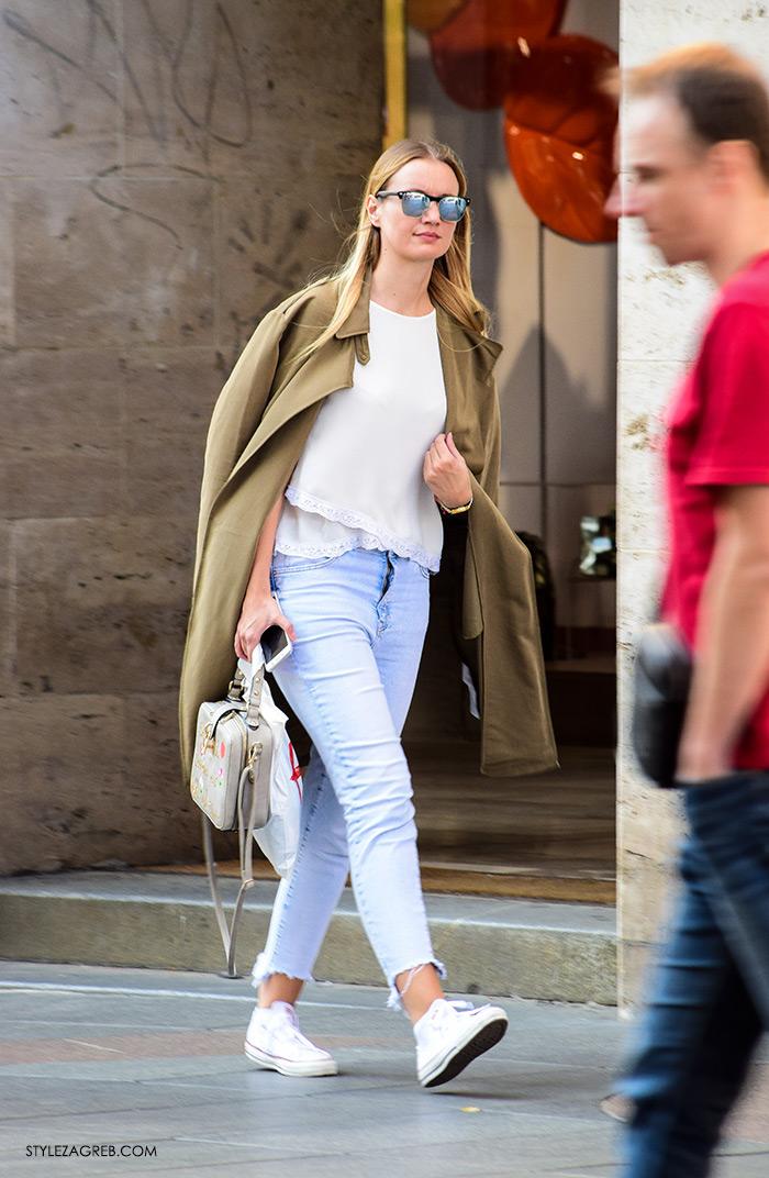 street style Zagreb moda jesen rujan 2016, kako nositi maslinasti baloner, traperice otparan rub, bijele all star converse tenisice, fotka ulična moda hr žena