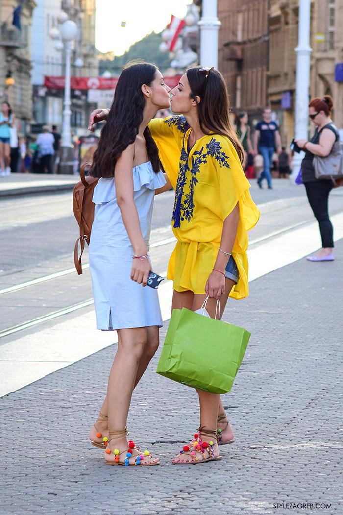 Stylish frendice, street style Zagreb, ulična moda rujan 2016, ljetna tunika, off the shoulder svijetlo plava haljina i grčke japanke s pomponima