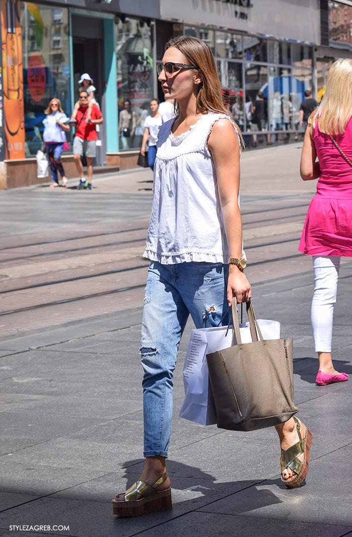 Moda: traperice i bijeli top Zagreb street style, zlatne sandale na punu petu outfit kombinacija stajling kako