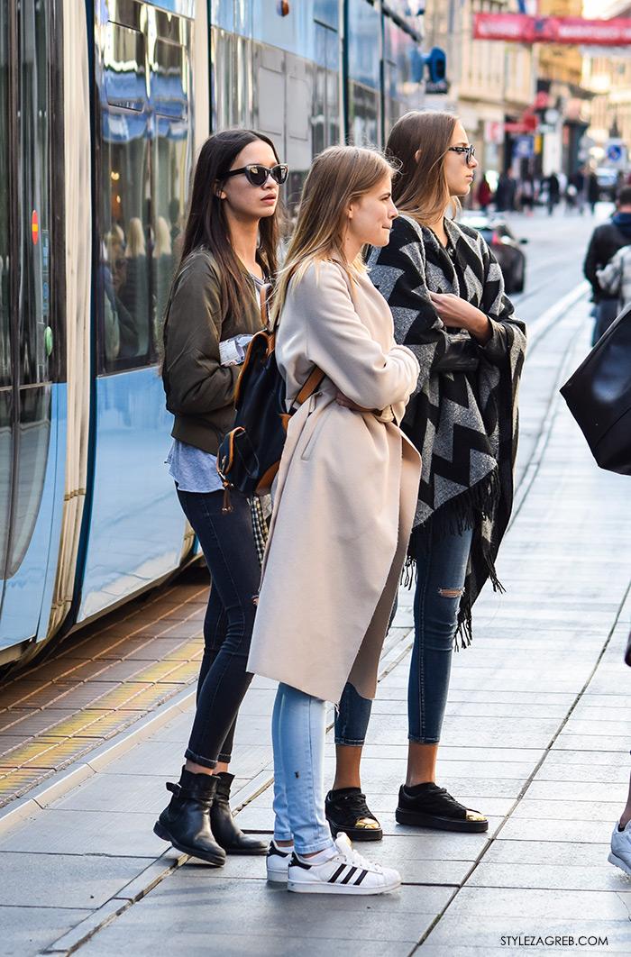 Moda jesen zima 2016 street style Zagreb, špica, subota, kombinacija bajkerska jakna i adidas bijele tenisice