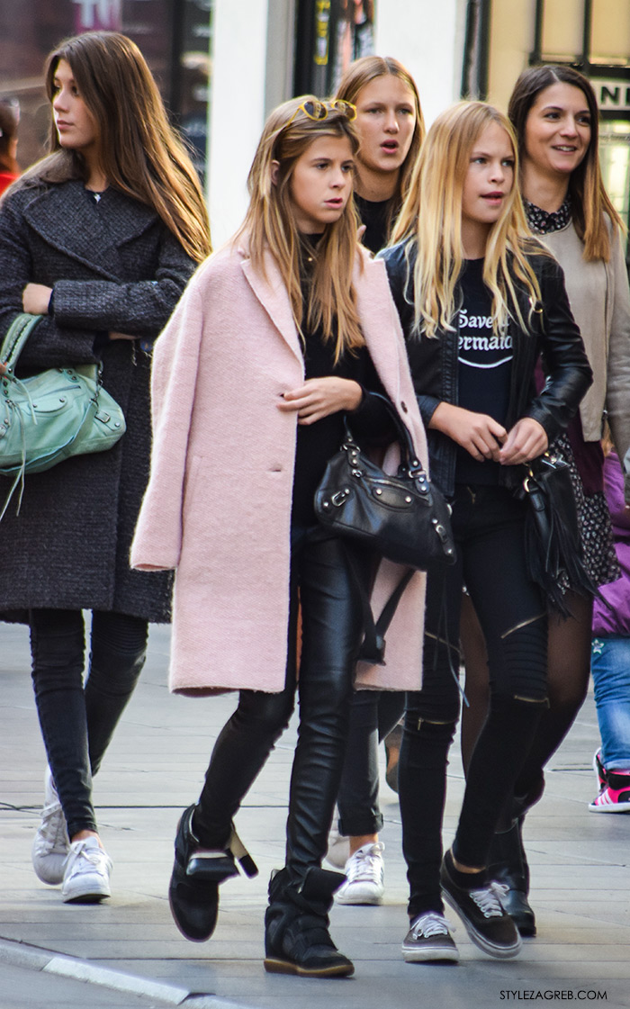 Moda jesen zima 2016 street style Zagreb, špica, kombinacija roza kaput i crne kožne hlače