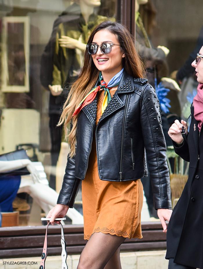 Moda jesen zima 2016 street style Zagreb, špica, subota, kombinacija bajkerska jakna, mini haljina oker boje, čizme gležnjače i marama svezana oko vrata