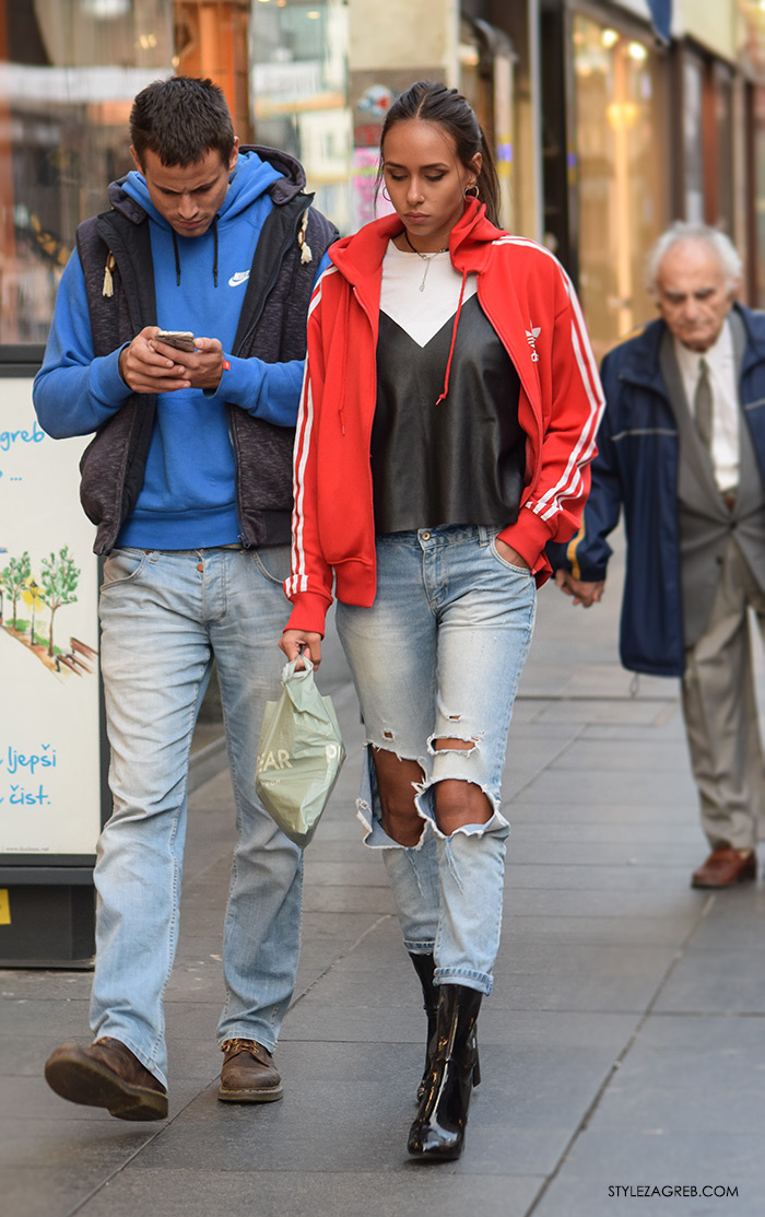 Tija Malik i dečko, crveni adidas hoodie, crni kožni top preko bijele majice, poderane traperice i lakirane čizme do gležnja