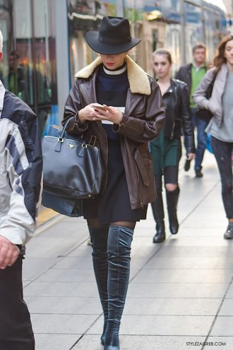 Izgleda jako seksi: čizme preko koljena od baršuna
