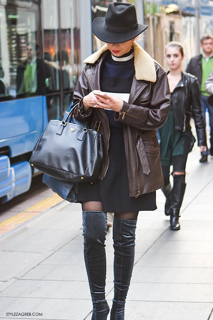 Style Zagreb šesiri moda zima 2017 street style Zagreb, Nika Bijelić Zara pliš sive čizme preko koljena, Prada torba, šešir s inicijalima, kožna smeđa jakna s janjećim krznom