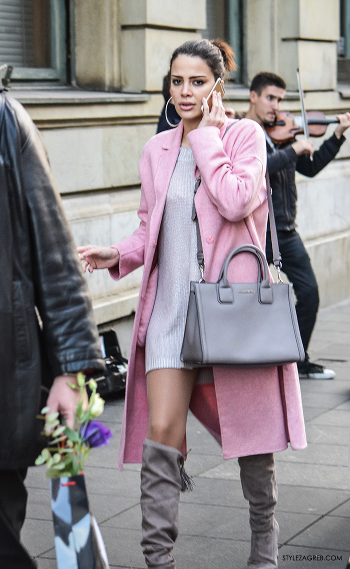 Kombinacija roza kaput, haljina-majica i visoke sive čizme preko koljena,kaputi moda zima 2016 Street Style Zagreb, jednostavni jesenski styling