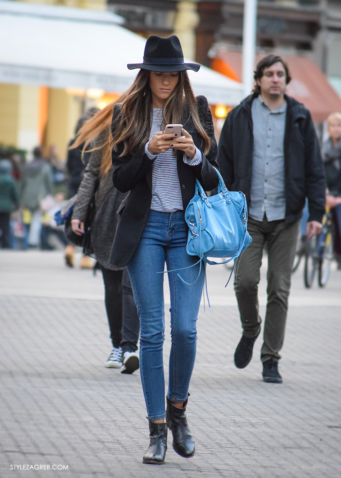 Style Zagreb šesiri moda zima 2017 street style Zagreb, kombinacija crni sako, prugasta majica, plava Balenciaga torba