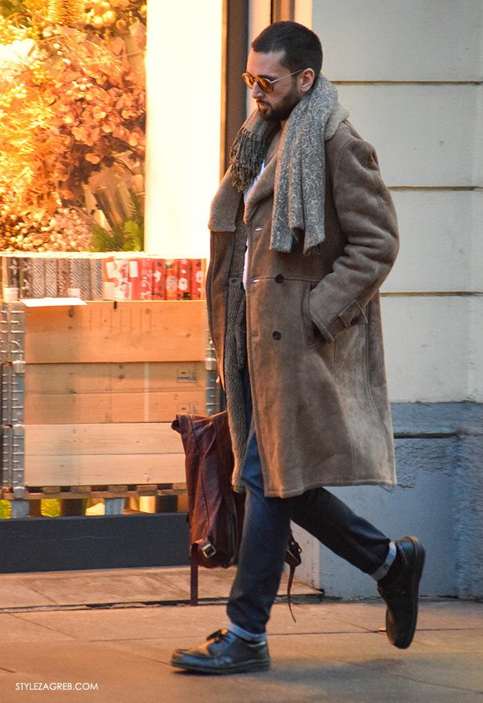 Street Style Zagreb muška ulična moda jesen zima kombinacija smeđa bunda i podvrnute traperice, kako nositi šal