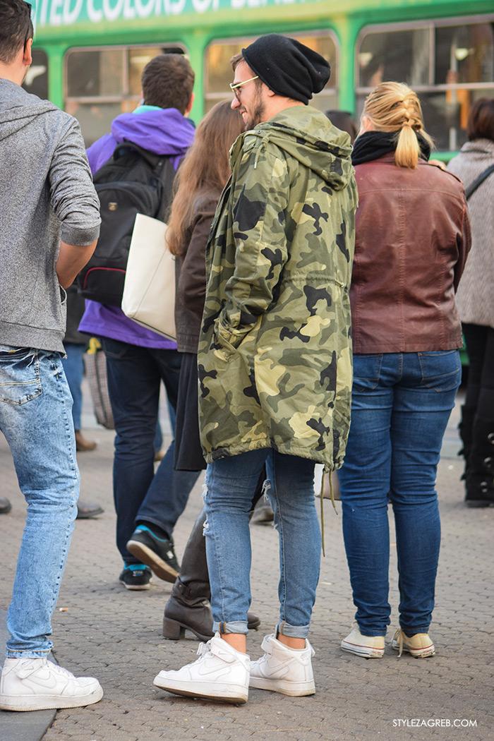 Street Style Zagreb muška ulična moda jesen zima kombinacija maskirna duga vojnička jakna, crna kapa, bijele visoke Nike tenisice