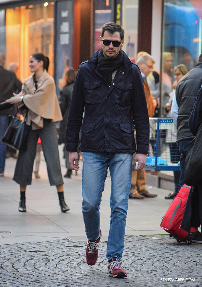 Street Style Zagreb muška ulična moda jesen zima kombinacija plava navy vojnička jakna s džepovima, crvene New Balance tenisice,