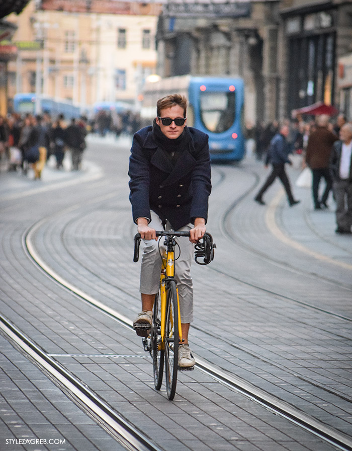 Mens styling, men fashion designer, top street fashion blogs, fashion styling tips Street Style Zagreb muška moda navy peacoat mornarska jakna muškarac na Ilici u plavom mornarskom kaputiću sa crnim sunčanim naočalama na žutom biciklu street style