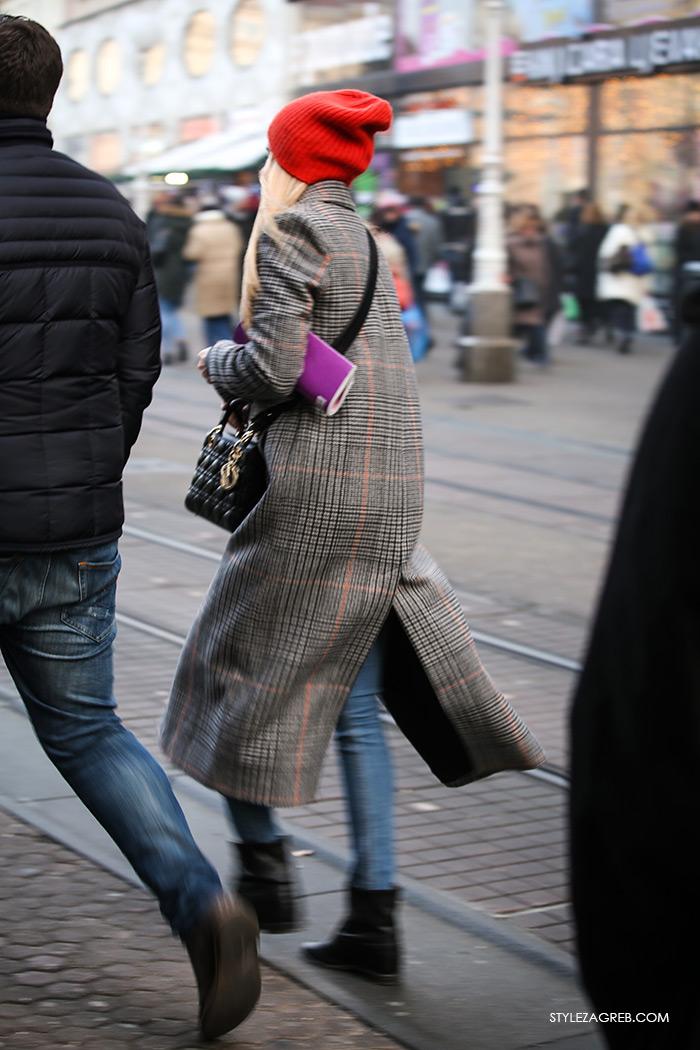 Moda zima styling trend fashion winter women's beanie, crvena kapa, zara dugi karirani kaput gdje kupiti kako kombinirati