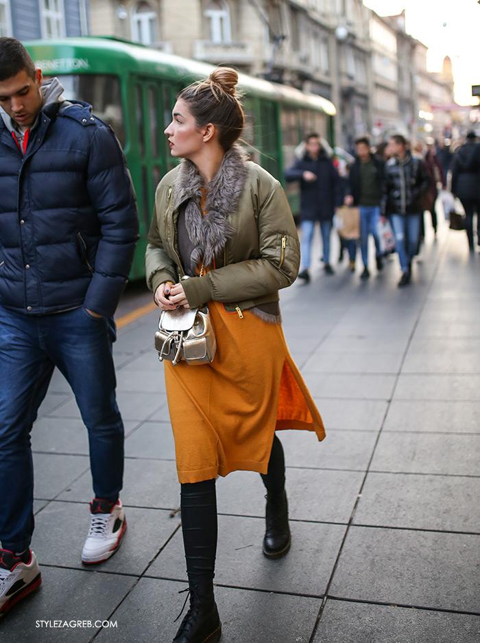 Slojevito: evo kako postići izvrstan zimski outfit! Street style moda Zagreb, gdje kupiti dugi džemper, dugu pletenu haljinu s procjepima, najnovije street style fotke, bomber jakna i krzneni prsluk, kaput bez rukava, winter women's fashion how to style wear sleveless coat styling tips ideas, tied up black ankle boots, mini golden backpack