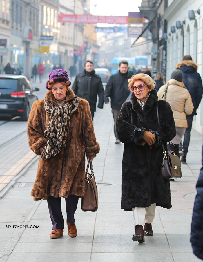 Fotka dana: Zbogom bundice, zagrebačke gospođe u bundici, ljubičasti turban, street style Zagreb zimska moda winter fashion fur coats senior women