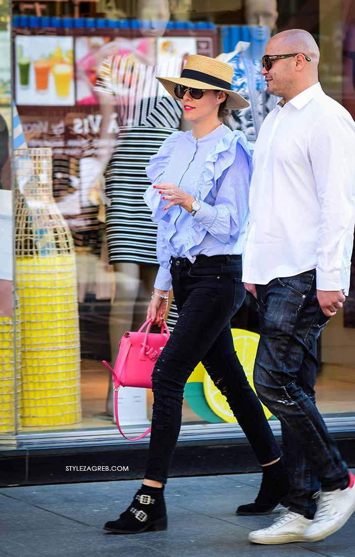 zagrebačka špica proljetna moda street style plava košulja s volanima, slamnati šešir, crne čizme do gležnja, crne traperice