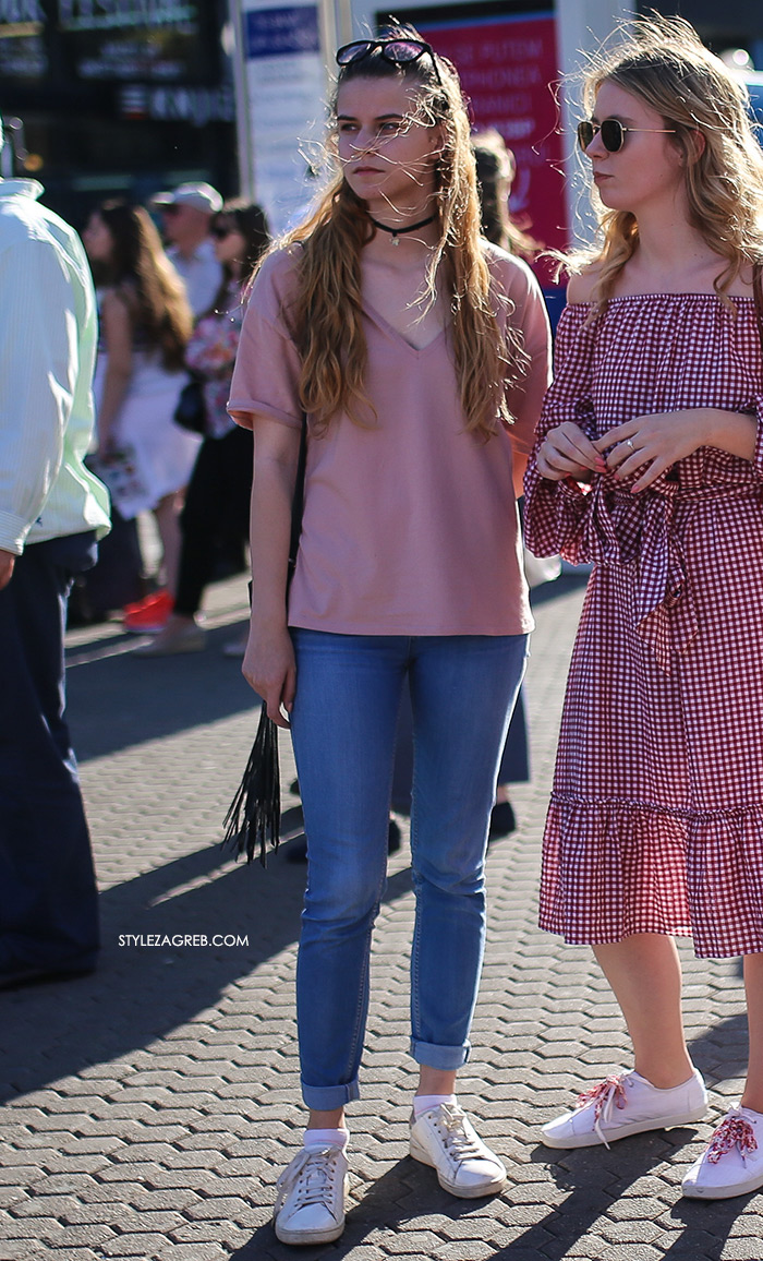 Street style Zagreb kako nositi roza boja stajling kombinacija chocker i prljavo roza top uske skinny traperice bijele tenisice