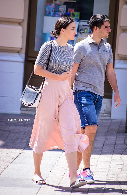 Street style Zagreb kako nositi roza boja stajling kombinacija roza plisirana suknja ortopedski chic ravne srebrne šlape