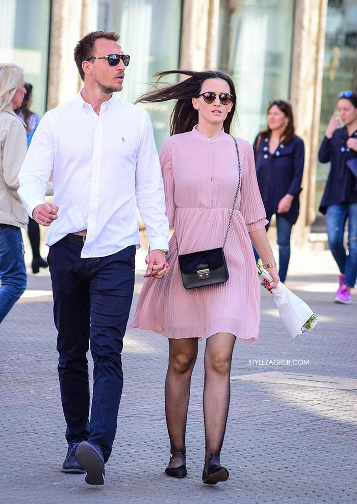 Street style Zagreb kako nositi roza boja stajling kombinacija roza haljina i ravne crne balerinke