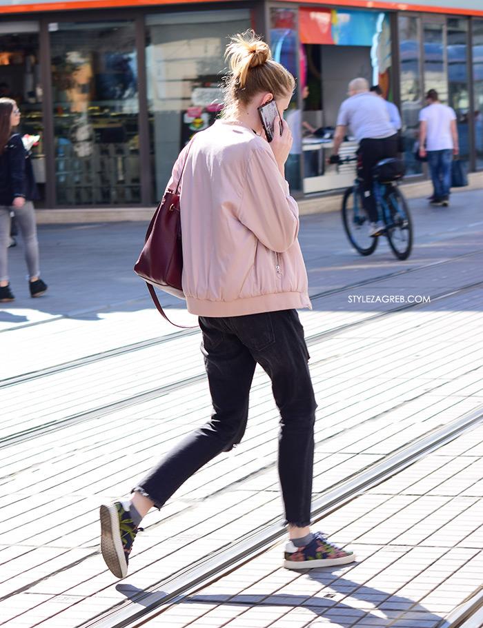 Street style Zagreb kako nositi roza boja stajling kombinacija roza bomber jakna