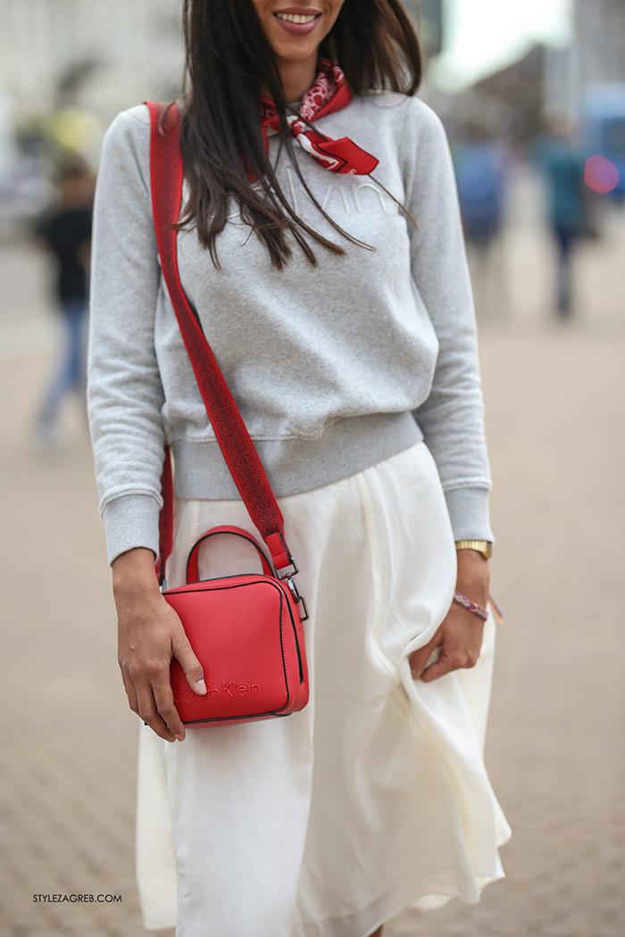 Calvin Klein Jeans sniženja crvena marama i crvena torbica Tija Malik