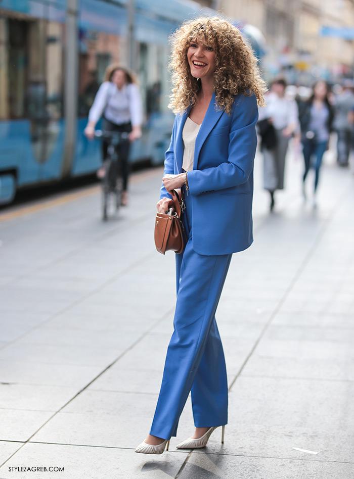 Melisa Sedić poslovno look odijelo jarke boje i frizura kovrčava kosa