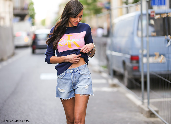 Tija Malik Instagram tijamalik Calvin Klein logo plava vesta i traper šorc što kupiti na sniženjima
