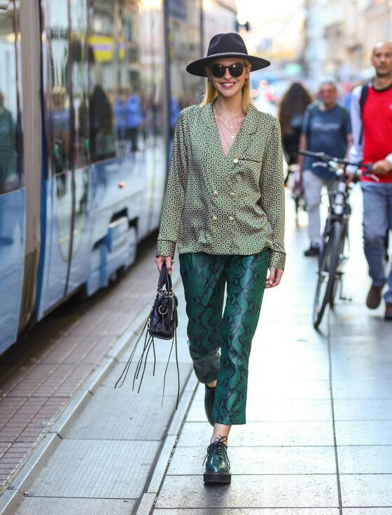 street style zagreb ženska moda jesen zima 2019/2020 zelene hlače zmijskog uzorka špica zagreb